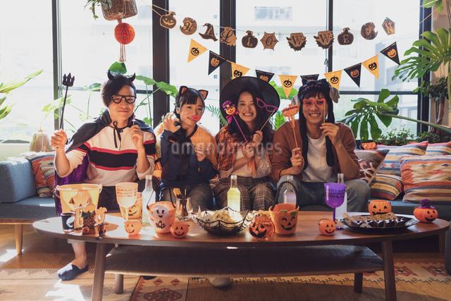 ハロウィンパーティーをする若者グループの写真素材 [FYI04267998]