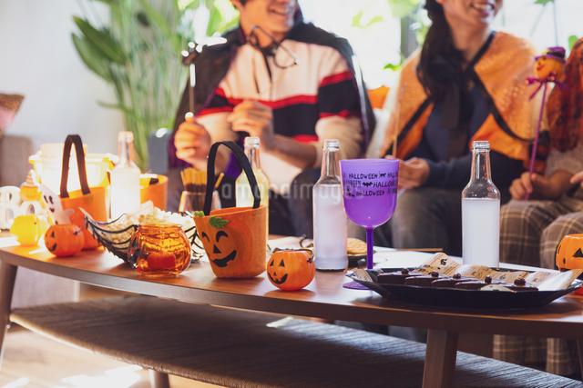 ハロウィンパーティーをする若者グループの写真素材 [FYI04268000]