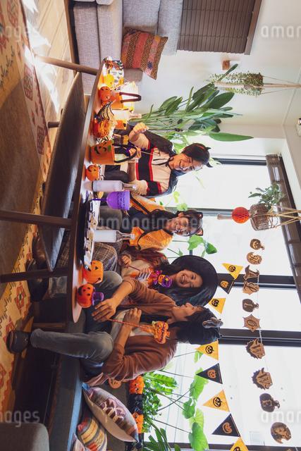 ハロウィンパーティーをする若者グループの写真素材 [FYI04268001]