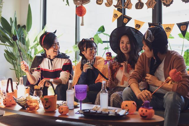 ハロウィンパーティーをする若者グループの写真素材 [FYI04268003]