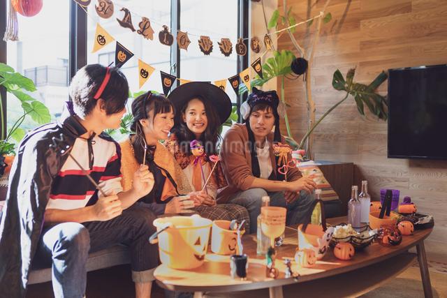 ハロウィンパーティーをする若者グループの写真素材 [FYI04268005]