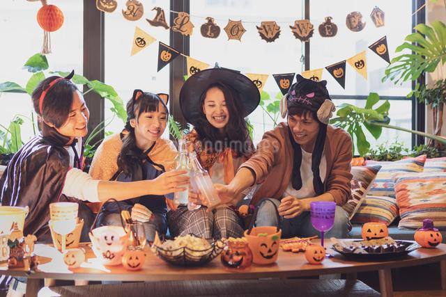 ハロウィンパーティーをする若者グループの写真素材 [FYI04268008]
