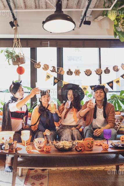ハロウィンパーティーをする若者グループの写真素材 [FYI04268009]