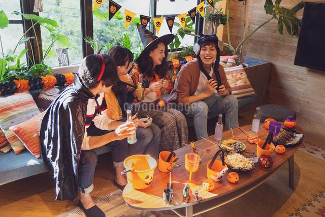 ハロウィンパーティーをする若者グループの写真素材 [FYI04268010]