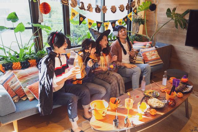 ハロウィンパーティーをする若者グループの写真素材 [FYI04268012]