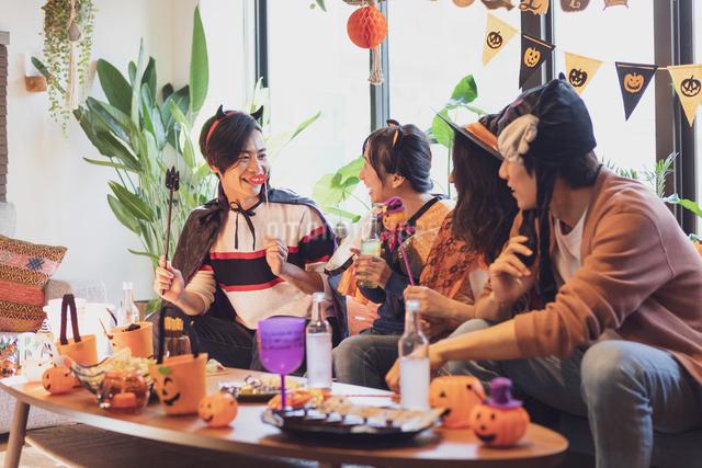 ハロウィンパーティーをする若者グループの写真素材 [FYI04268023]