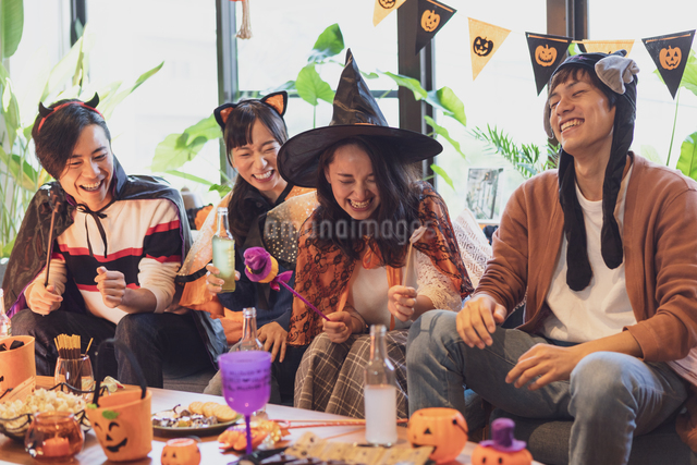 ハロウィンパーティーをする若者グループの写真素材 [FYI04268024]