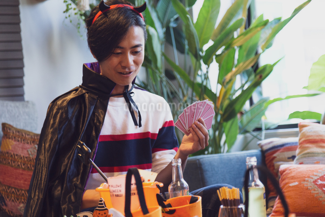 ハロウィンパーティーをする若者の写真素材 [FYI04268025]
