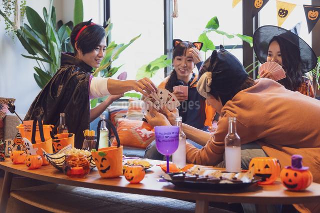 ハロウィンパーティーをする若者グループの写真素材 [FYI04268026]
