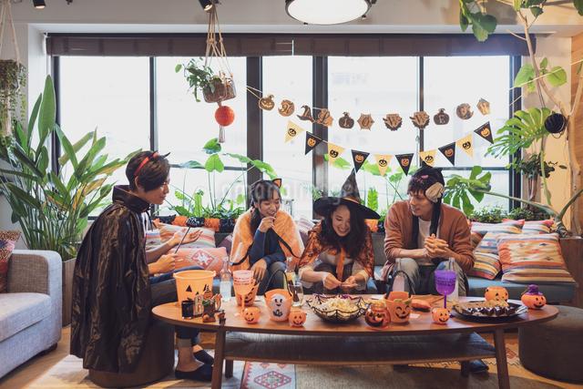 ハロウィンパーティーをする若者グループの写真素材 [FYI04268027]