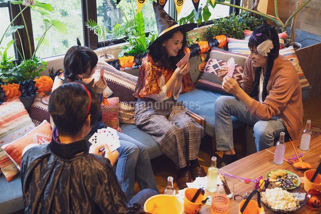 ハロウィンパーティーをする若者グループの写真素材 [FYI04268031]