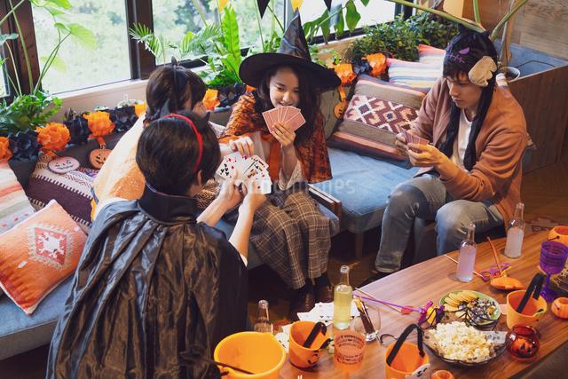 ハロウィンパーティーをする若者グループの写真素材 [FYI04268032]