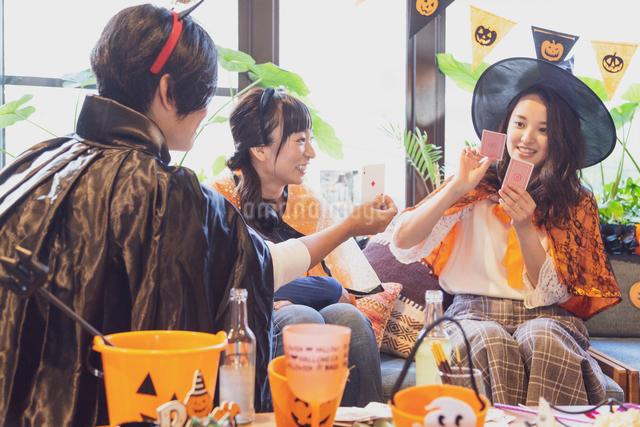 ハロウィンパーティーをする若者グループの写真素材 [FYI04268037]