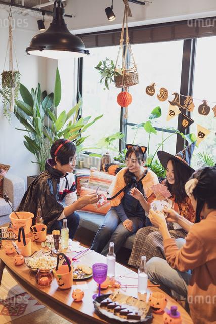 ハロウィンパーティーをする若者グループの写真素材 [FYI04268039]