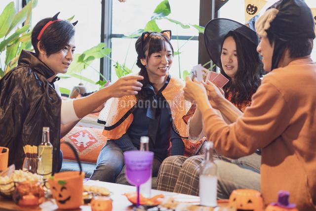 ハロウィンパーティーをする若者グループの写真素材 [FYI04268040]