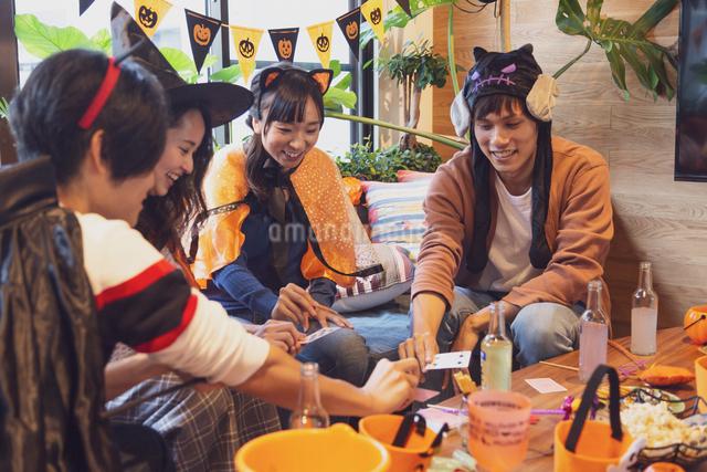 ハロウィンパーティーをする若者グループの写真素材 [FYI04268041]