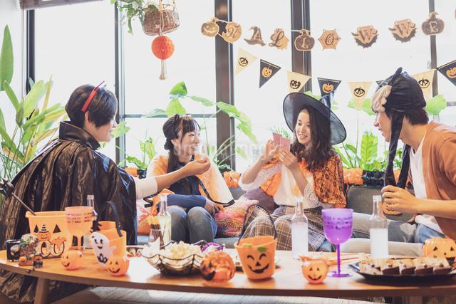 ハロウィンパーティーをする若者グループの写真素材 [FYI04268044]