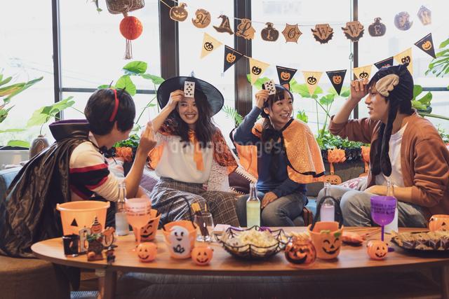 ハロウィンパーティーをする若者グループの写真素材 [FYI04268048]