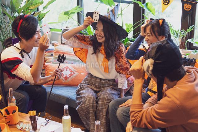 ハロウィンパーティーをする若者グループの写真素材 [FYI04268050]