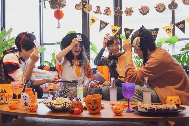 ハロウィンパーティーをする若者グループの写真素材 [FYI04268051]