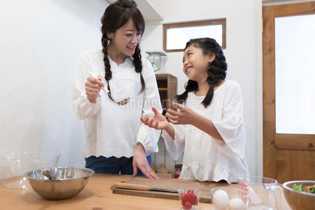 料理をする母娘の写真素材 [FYI04268054]
