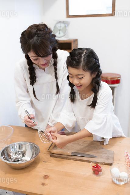 料理をする母娘の写真素材 [FYI04268055]