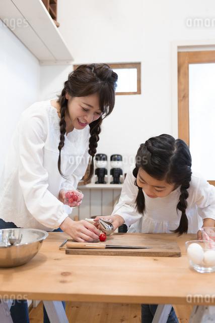 料理をする母娘の写真素材 [FYI04268056]