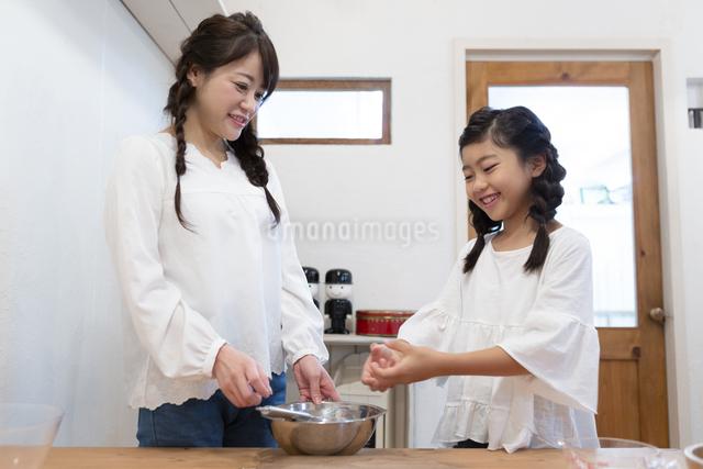 料理をする母娘の写真素材 [FYI04268057]