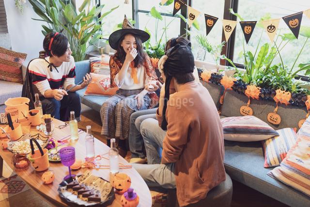 ハロウィンパーティーをする若者グループの写真素材 [FYI04268058]