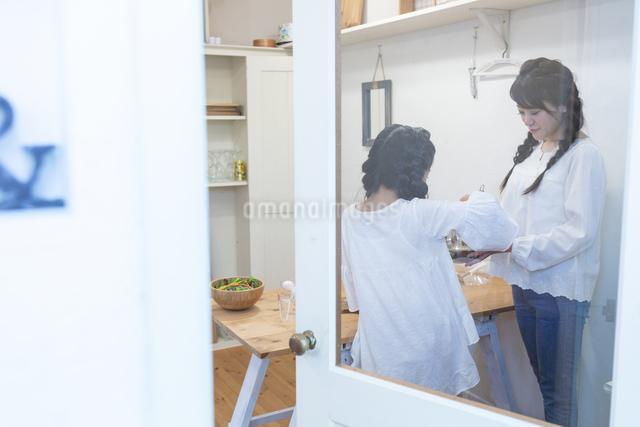 料理をする母娘の写真素材 [FYI04268059]