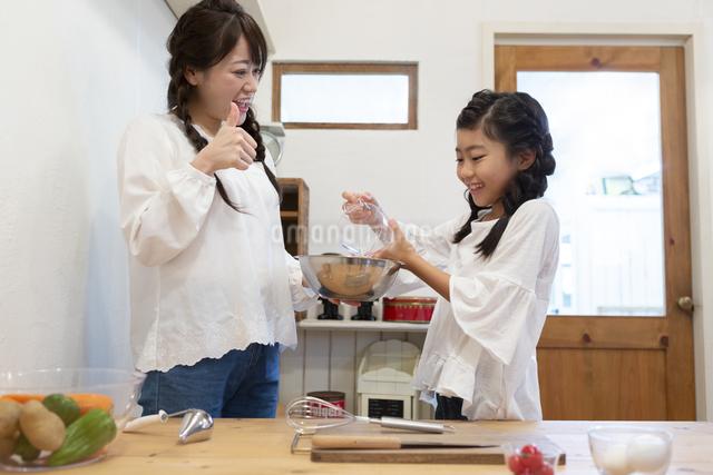 料理をする母娘の写真素材 [FYI04268063]