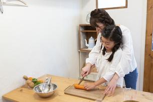 料理をする母娘の写真素材 [FYI04268065]