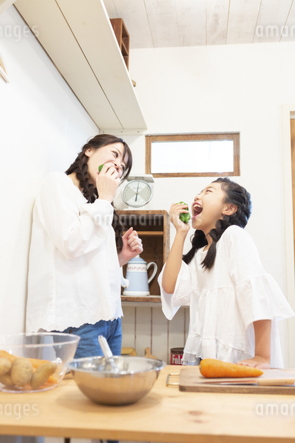 ピーマンを食べる母娘の写真素材 [FYI04268066]