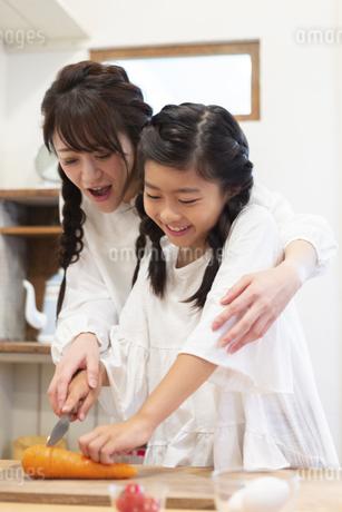 料理をする母娘の写真素材 [FYI04268067]