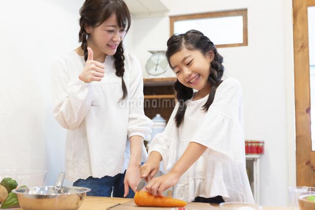 料理をする母娘の写真素材 [FYI04268068]