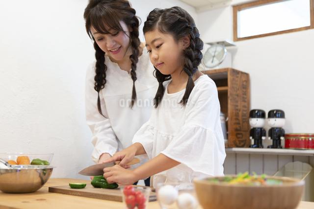 調理をする母娘の写真素材 [FYI04268080]