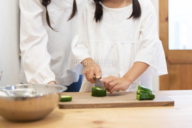 調理をする母娘の手元の写真素材 [FYI04268084]