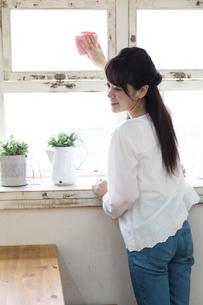 掃除をする女性の写真素材 [FYI04268192]
