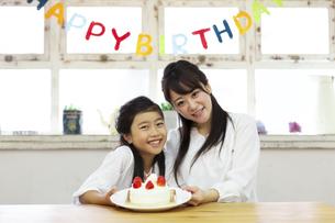 誕生日を祝う母娘の写真素材 [FYI04268199]