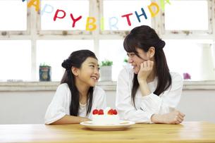 誕生日を祝う母娘の写真素材 [FYI04268202]