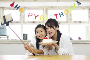 誕生日を祝う母娘の写真素材 [FYI04268205]
