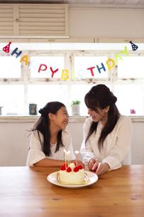 誕生日を祝う母娘の写真素材 [FYI04268206]