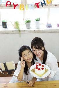 誕生日を祝う母娘の写真素材 [FYI04268207]