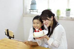 誕生日を祝う母娘の写真素材 [FYI04268208]