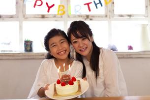 誕生日を祝う母娘の写真素材 [FYI04268212]