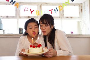 誕生日を祝う母娘の写真素材 [FYI04268215]