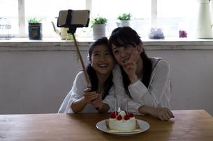 誕生日を祝う母娘の写真素材 [FYI04268216]
