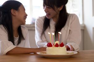 誕生日を祝う母娘の写真素材 [FYI04268220]