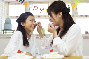 誕生日を祝う母娘の写真素材 [FYI04268221]