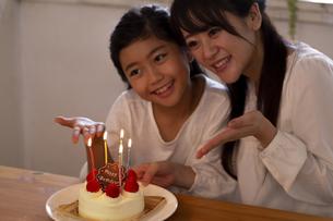 誕生日を祝う母娘の写真素材 [FYI04268226]